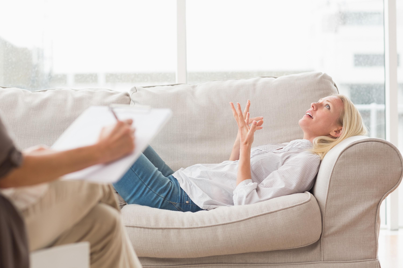 femme-déprimée-parlant-à-thérapeute